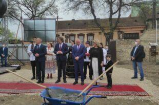 Захтева од Србије и Срба да признају геноцид док прави хрватске куће по Србији!