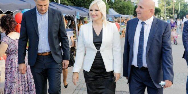 Лозница: Народ извиждао лажну министарку, портпаролку и акционара Рио Тинта Зорану Михајловић (видео)