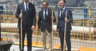 """ЛУДИЛООООО: Вучић, Мали и изнајмљени арапски глумац постављају """"камен темељац"""" на врх зграде?!"""