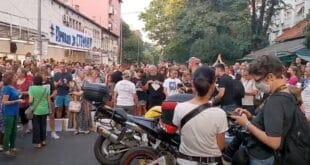 НАРОД СПРЕМА РЕВОЛУЦИЈУ – Поново протест на Kарабурми: Грађани траже казну за судију