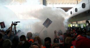 Француска: Радници блокирали аеродром Шарл де Гол због смањења плата (видео)