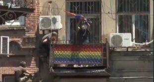 Грузија: Бесан народ блокирао прајд, побацали ЛГБТ заставе и заменили их грузијским (видео)