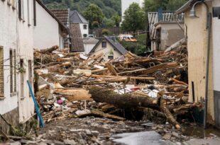 Хаотичне сцене невремена у Немачкој: Вода носи све пред собом, најмање 42 мртвих (видео)
