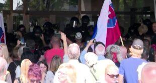 Хаос у Словачкој: Народ на улицама протестује против корона фашизма, полиција користи сузавац (видео)