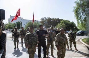 Све драматичније у Тунису: Војска опколила и блокирала парламент (видео)