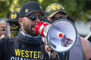"""Лидер """"Поносних момака"""" добио шест месеци затвора због паљења плаката BLM"""