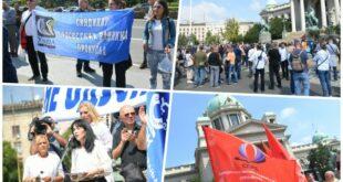 Београд: Почео протест просветара испред Скупштине Србије