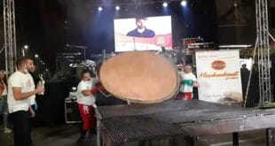 У Лесковцу направили рекордну џиновску пљескавицу од 67 килограма и одмах је појели (видео)