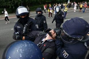 БЕРЛИН: Мушкарац са анти-ковид протеста умро док је био у полицијском притвору