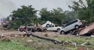 Најмање десет особа погинуло, десетине нестале у поплавама у САД (видео)