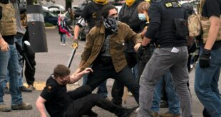 Сукоби десничара и АНТИФЕ у Портланду, пуцано на демонстранте (видео)