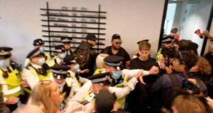 ЕНГЛЕЗИ ПРОТИВ ОБАВЕЗНЕ ВАКЦИНАЦИЈЕ Упали у ТВ станицу у Лондону: Не дамо вам нашу децу! (видео)