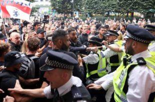 ЛОНДОН: Туча народа и полиције због најаве вакцинације деце! Упали у седиште фармако-мафије (видео)