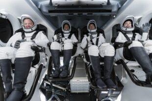 """САД: Ракетни брод """"SpaceX"""" одлетео у свемир са првом потпуно цивилном посадом (видео)"""