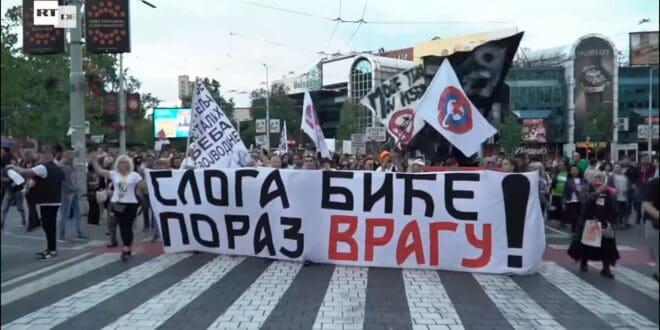 Против свих јавних личности и одлука које доносе дозвољено је протестовати било где и било када!