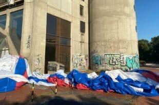 Погледајте како напредна ФУКАРА заиста поштује српску заставу!