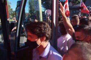 Канадски премијер Трудо гађен каменицима док је у оквиру предизборне кампање обилазио фабрику пива (видео)