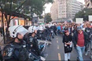 УЖИВО – Кордон полиције склољен са Теразија, огромна маса иде ка Председништву! (видео)