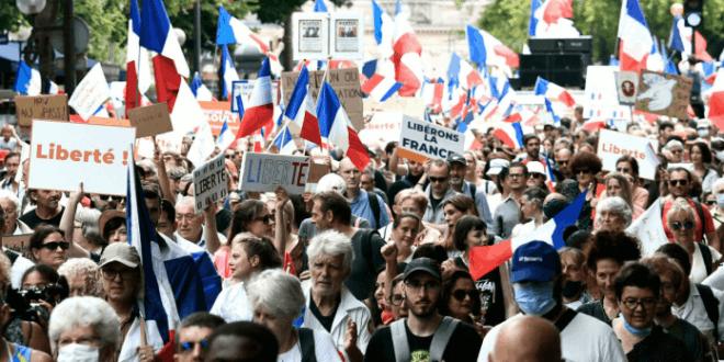 Широм Француске одржани масовни протести против ковид пасоша (видео)