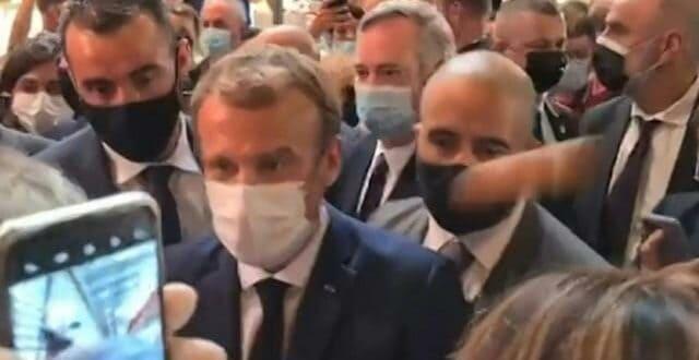 Oeufs Bouillis: После шамара Макрон сад попио и јаје у главу (видео)