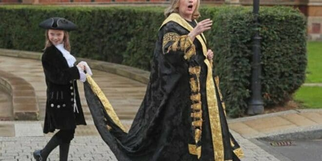 """РАТНИ ЗЛОЧИНАЦ!"" Хилари Клинтон извиждана испред Краљичиног универзитетa (видео)"