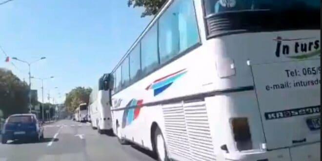 Вучићeва предизборна кампања у Краљеву - аутобуси, сендвичи, црвене... (видео)