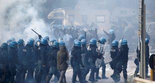 Трст: Полиција воденим топовима и сузавцем на лучке раднике који протестују против ковид пропусница (видео)