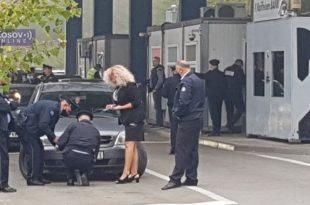 Јариње: Идиоти на квадрат почели да лепе налепнице на регистарске таблице (видео)