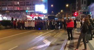У НИШУ синоћ велики протест против ковид пропусница (видео)