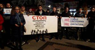 НИШЛИЈЕ против АПАРТХЕЈДА: Протестовали пред зградом вакцинатора Тиодоровића!