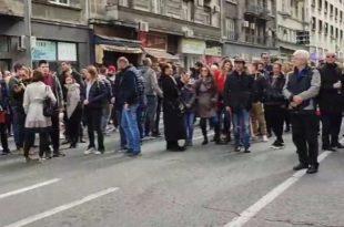 Протест адвоката испред АКС, блокиран саобраћај